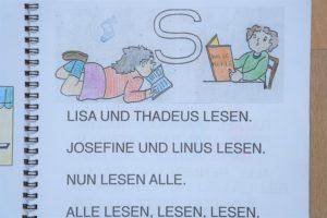 Leseförderung durch Texte in Großbuchstaben